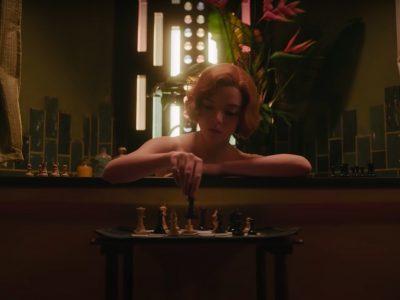 Anya Taylor-Joy jugando al ajedrez en 'Gambito de Dama'