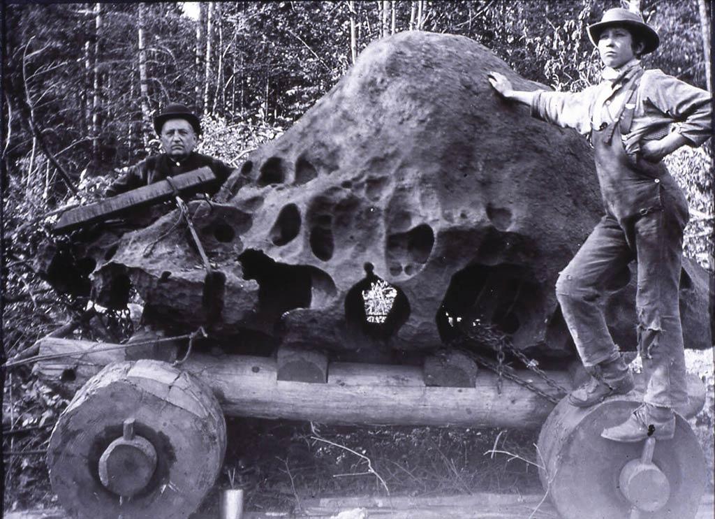 Tras terminar de desplazar el meteorito a sus tierras, Hughes construyó una cabaña, anunció que lo había encontrado en su propiedad y comenzó a cobrar veinticinco centavos por verlo