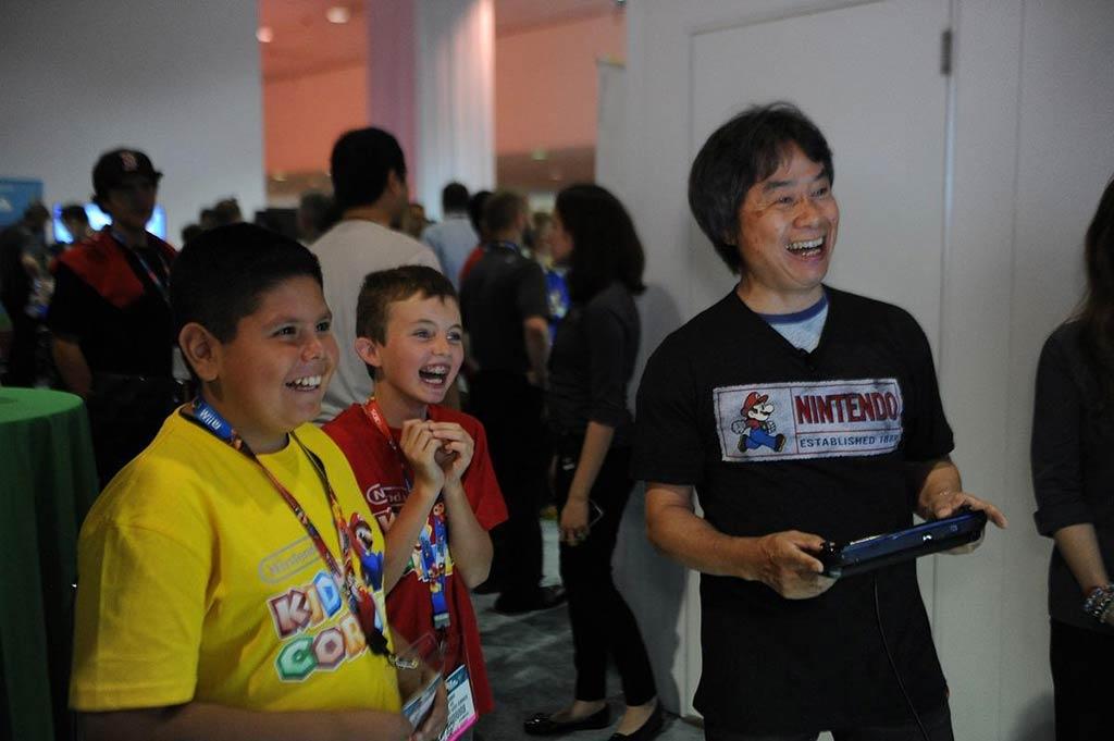 Shigeru Miyamoto jugando a Wii U con dos niños pequeños