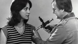 Foto antigua de hombre vacunando a una mujer