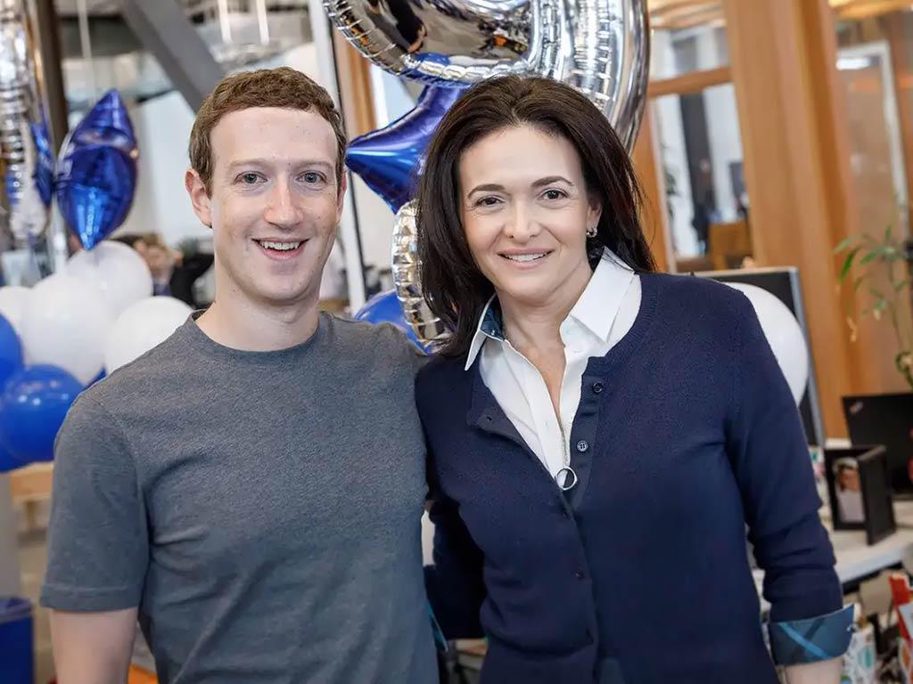 Sheryl Sandberg junto a Mark Zuckerberg