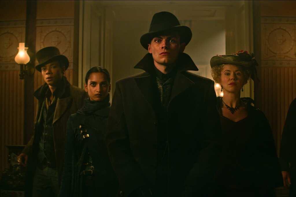 Kaz Brekker y sus esbirros, personajes principales de las novelas de los Seis Cuervos