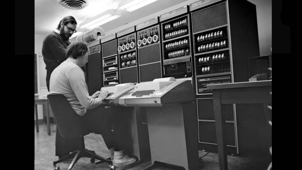 Dennis Ritchie junto a Ken Thompson en Bell Labs