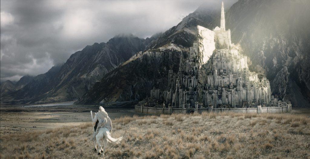 Gandalf cabalgando hacía Minas Tirith